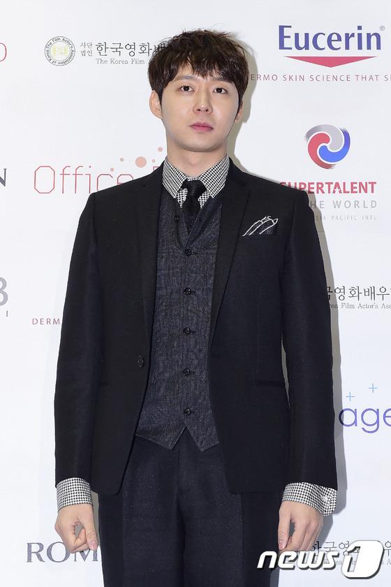 '한국영화 인기스타상'을 수상한 박유천